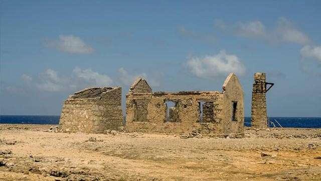 malmok lighthouse ruins